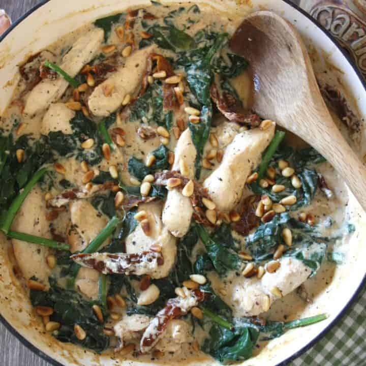 Creamy Chicken with Sun Dried Tomatoes and Spinach. This is an easy dish with chicken breasts and flavoured with garlic and creamy ricotta.