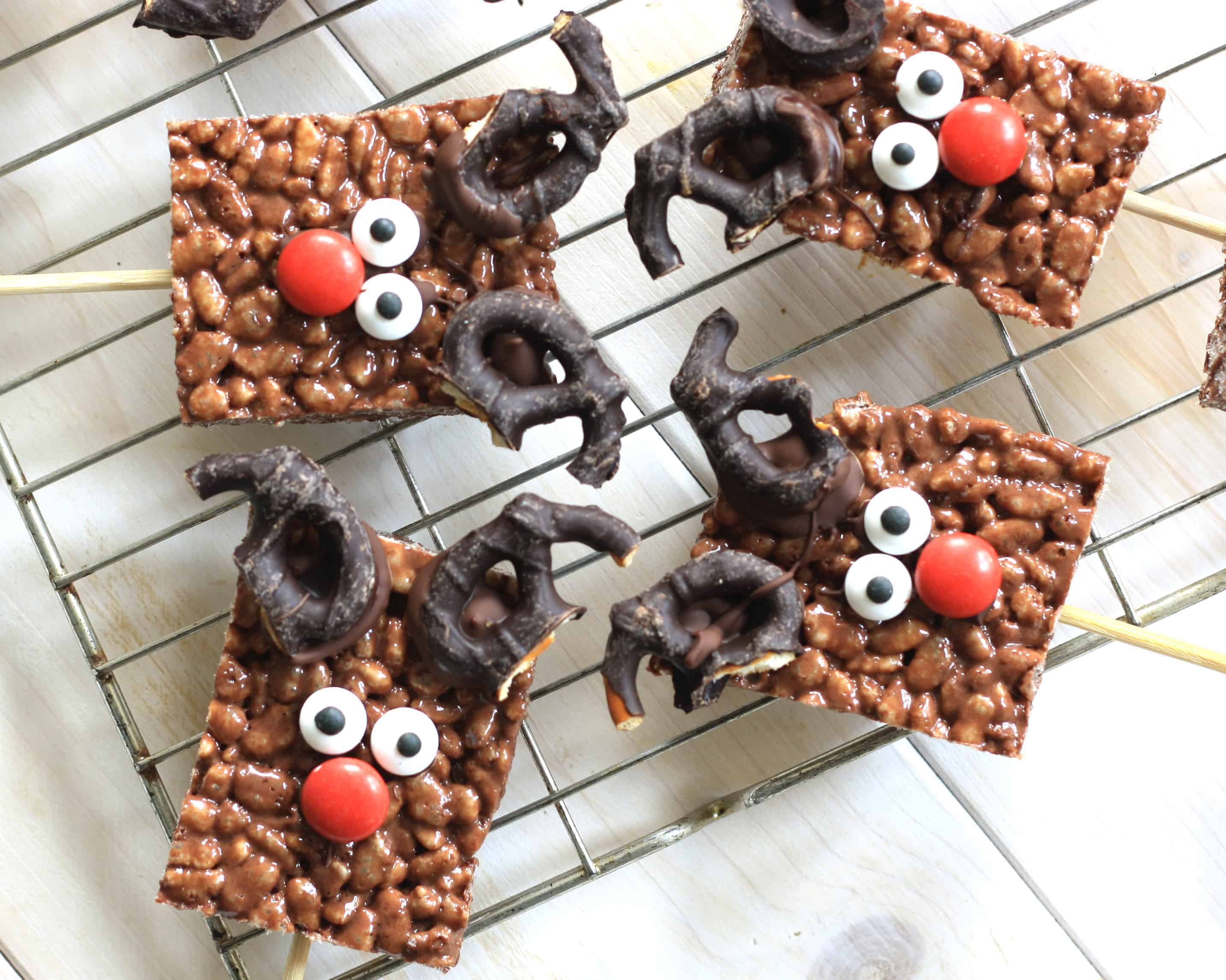 Crispy Chocolate Rudolph Pops are simple to make and easy to decorate with a few cheats. Perfect for gifts or keeping the kids entertained!